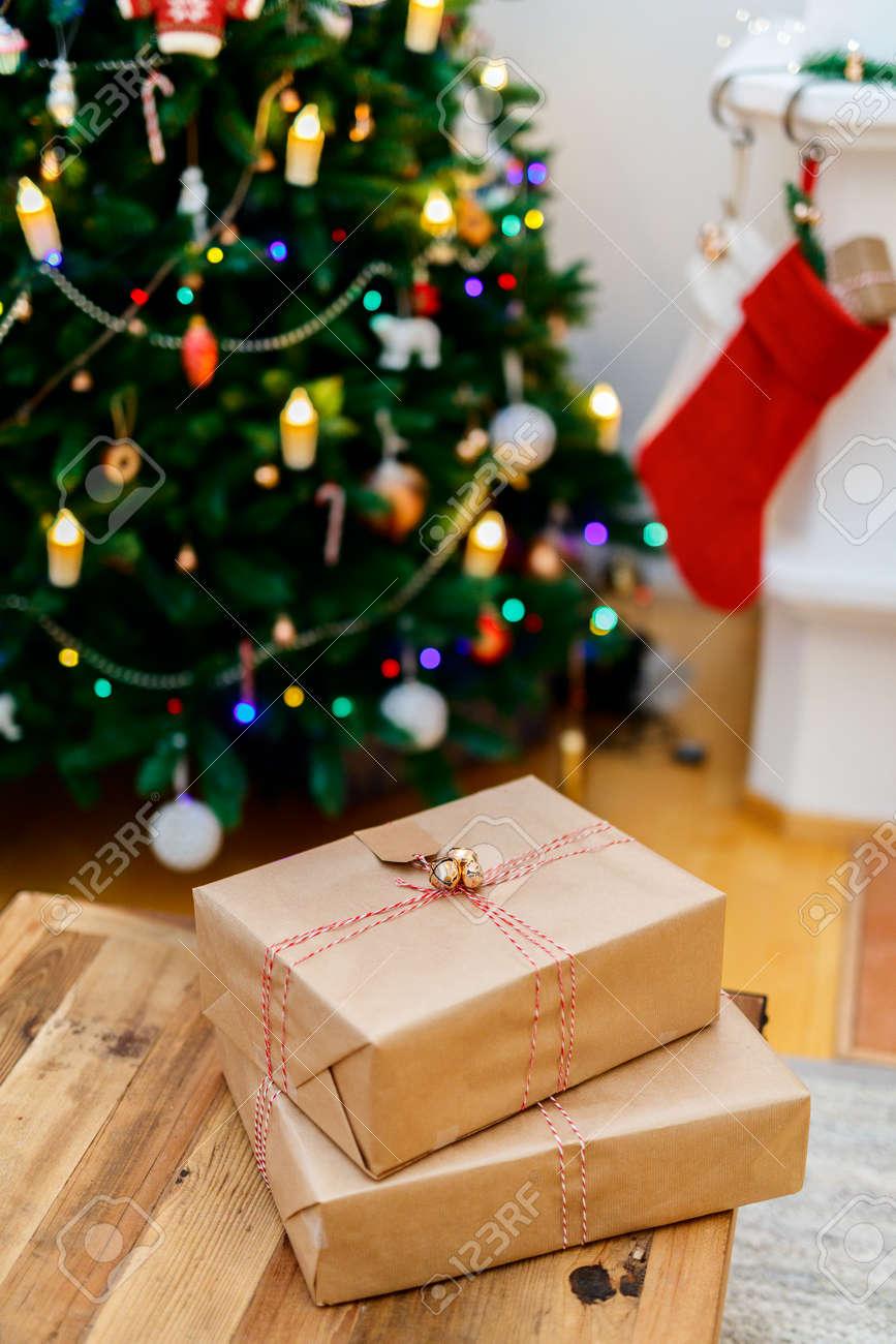 Weihnachtsgeschenke In Einem Wunderschön Eingerichtete Zimmer Mit ...