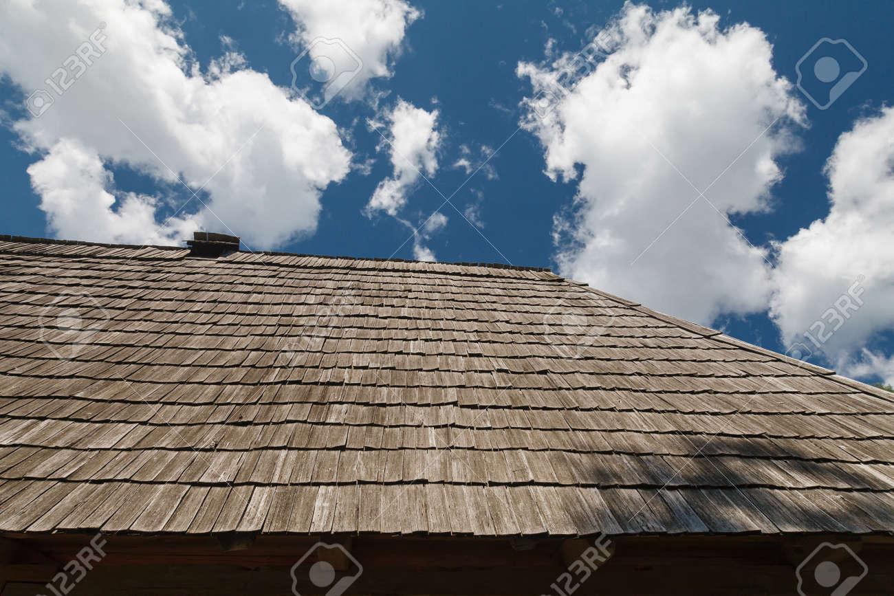 Immagini stock il tetto è coperto di piastrelle di legno contro