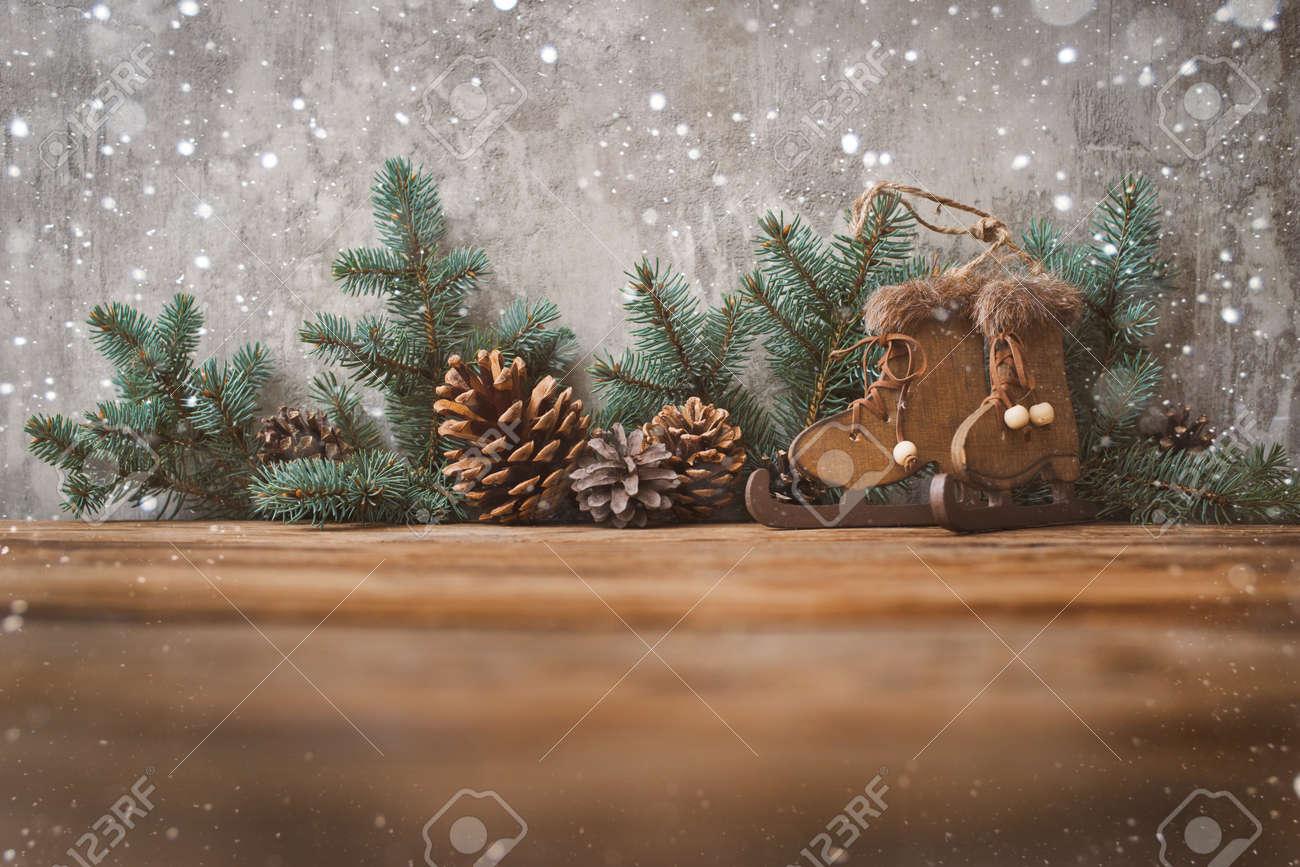 Sapin De Noel Sur Le Mur sapin de noël contre le mur de béton