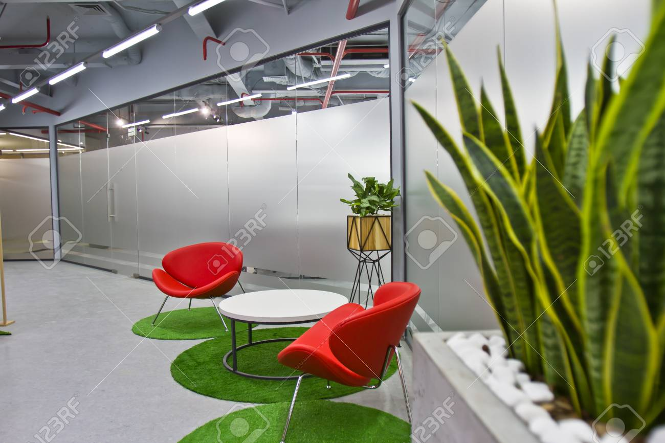 Modern Interieur Wit : A luxurious sitting area in a small office with a modern interior