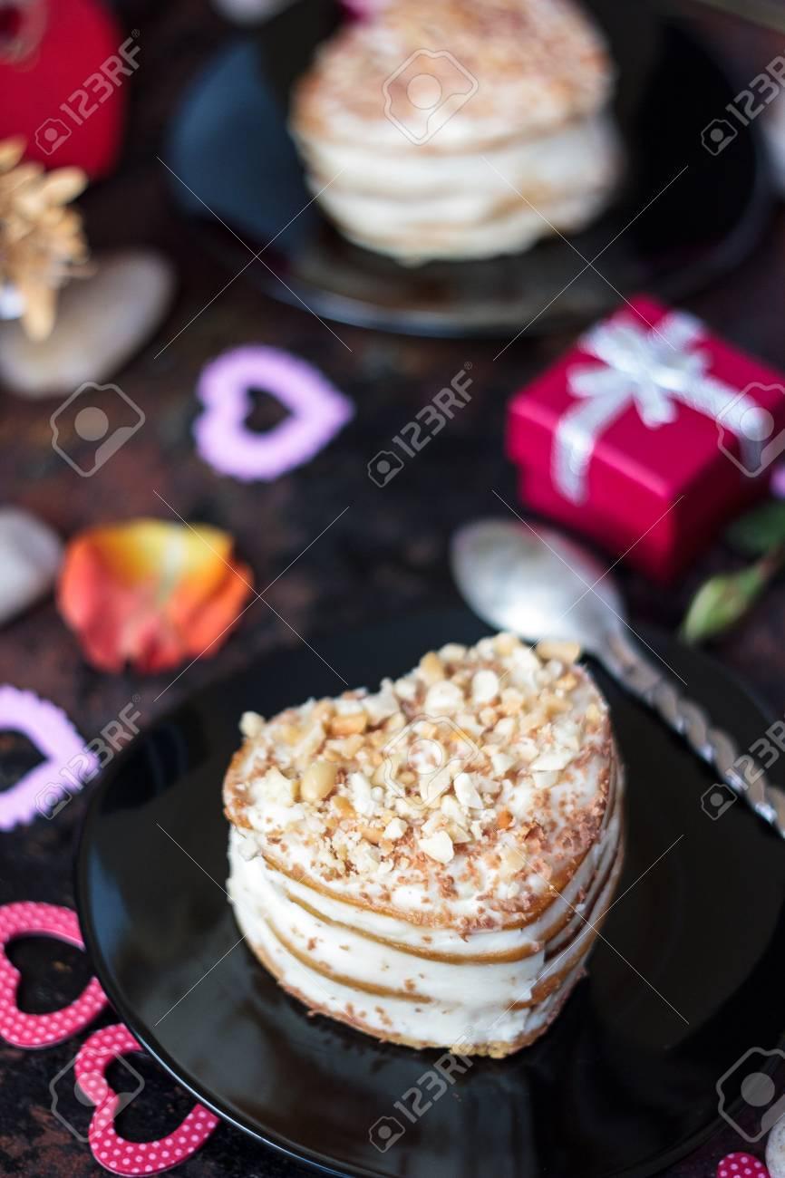 Schoner Kuchen Im Herzen Auf Schwarzem Teller Valentinstag Feier