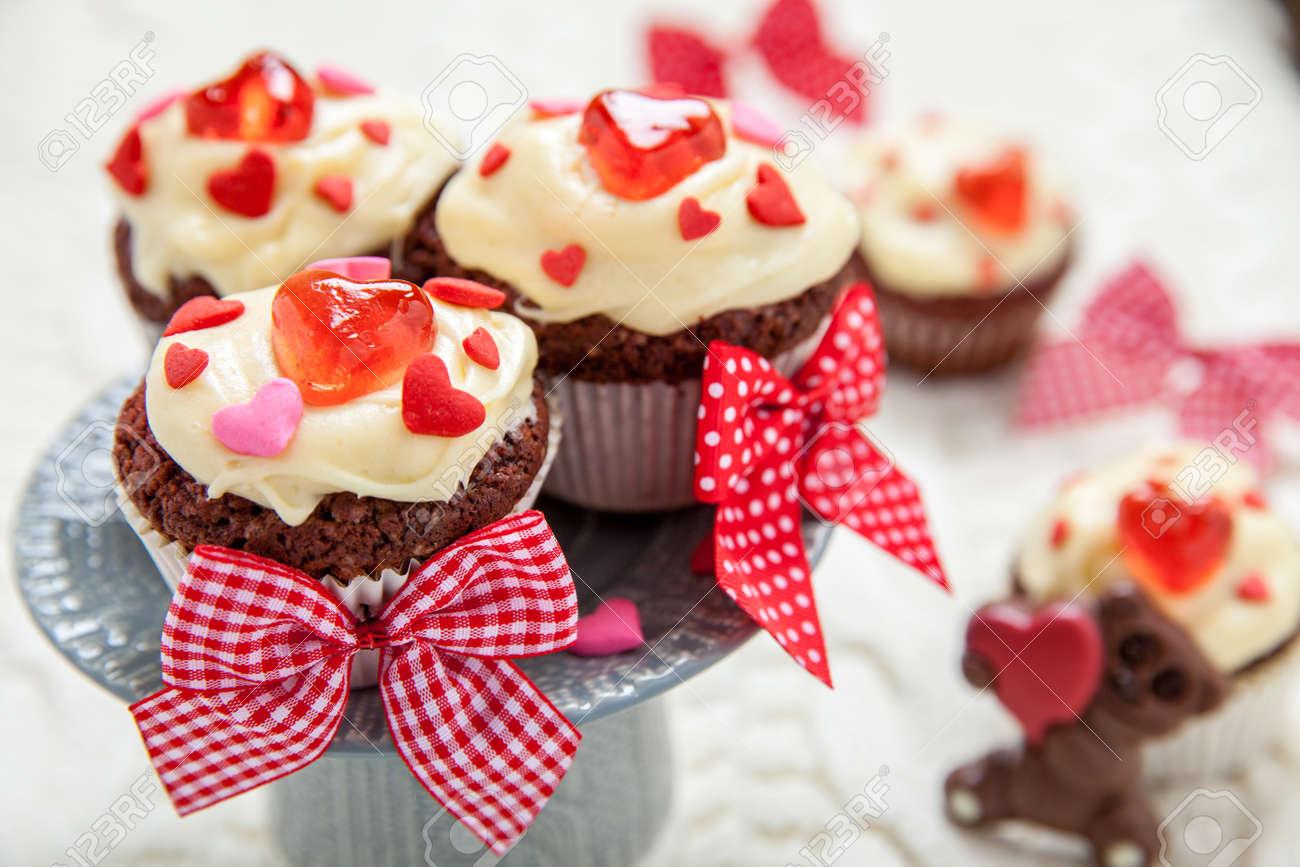 Rote Samt Cupcakes Mit Herzen Fur Valentinstag Dekoriert Lizenzfreie