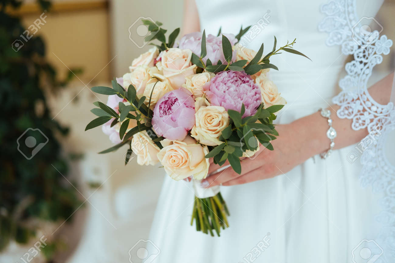 Bouquet Sposa Rose E Peonie.Beautiful Bride In A Veil Holding Roses And Peony Bouquet In