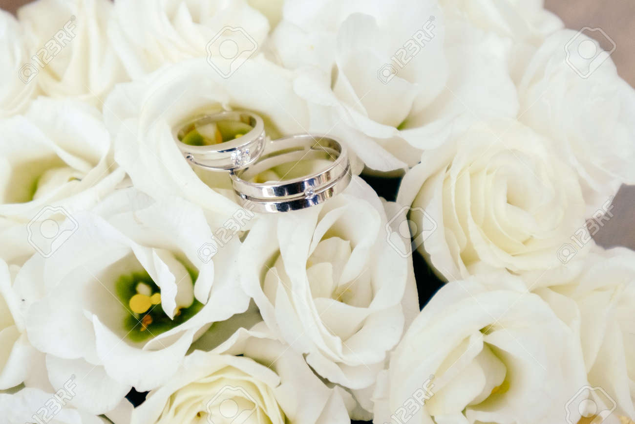 Stock Photo Wedding Rings Closeup On White Roses: Ivory Roses And Wedding Rings At Reisefeber.org