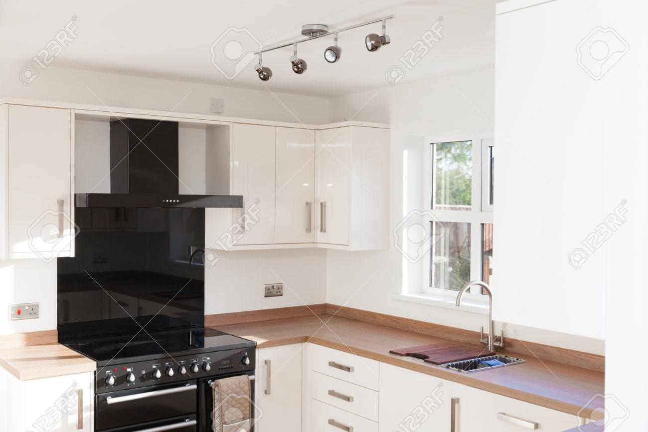 Küche Interieur Mit Holzarbeitsplatten Schuss Lizenzfreie Fotos ...