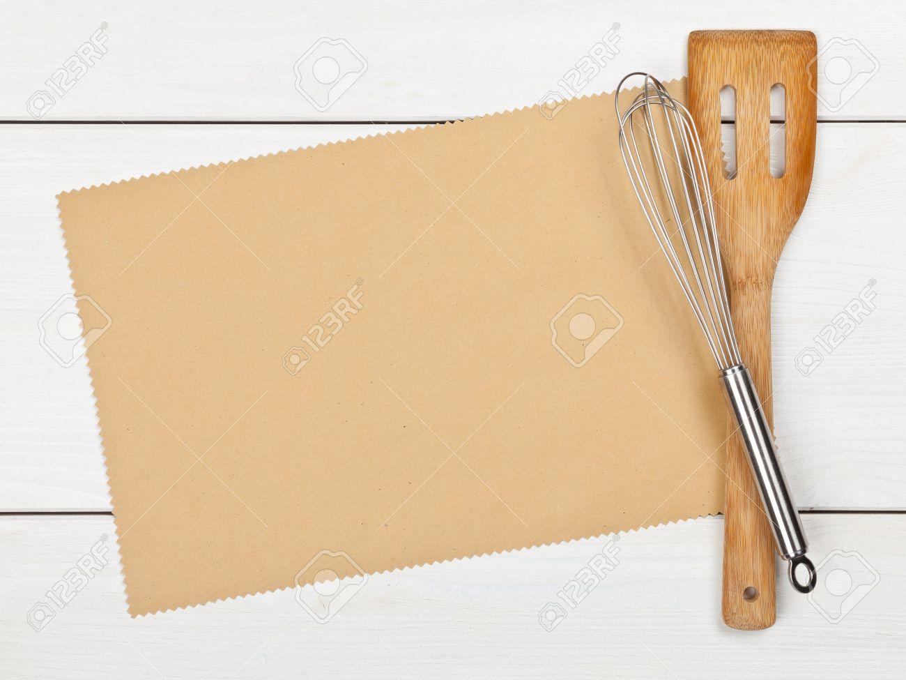 Papier vide pour la recette avec des ustensiles de cuisine sur la ...