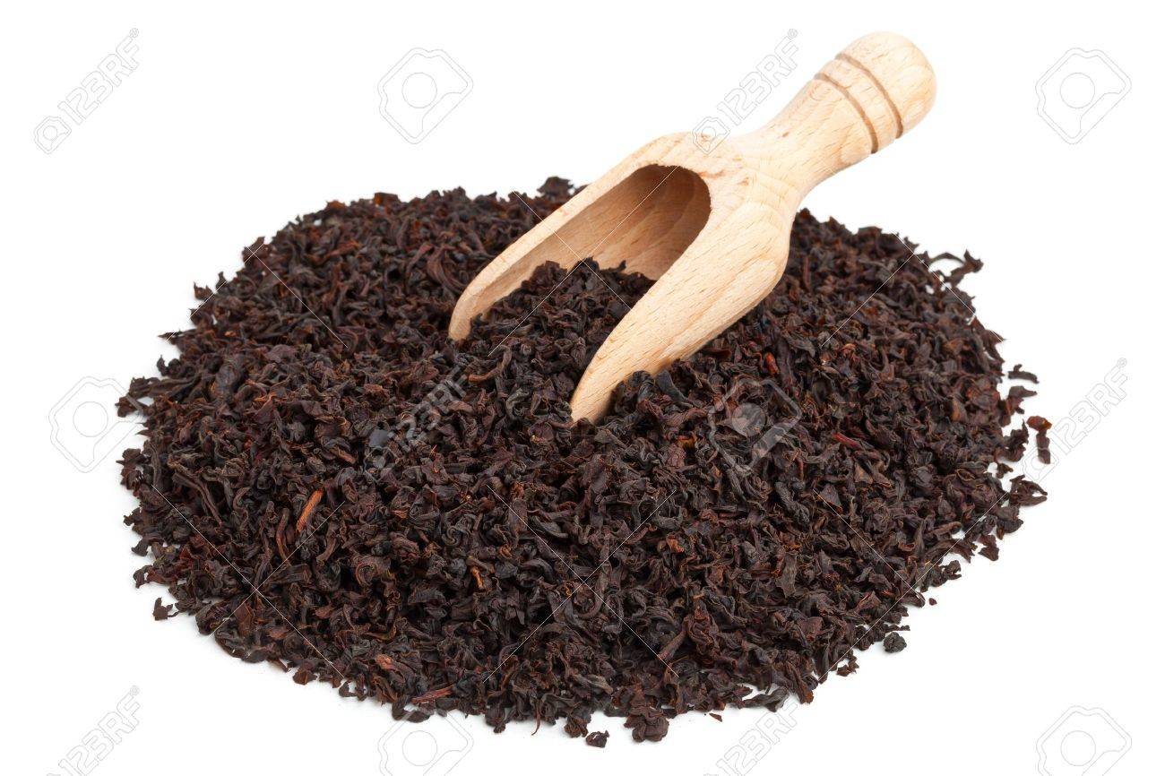 Ceylon black tea crop in wooden scoop over white background Standard-Bild - 19616303