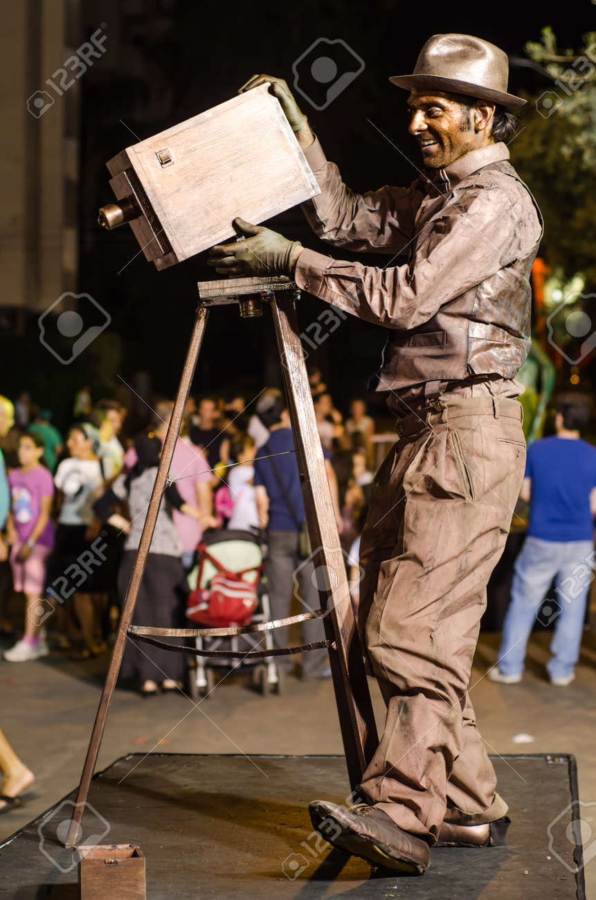 REHOVOT, ISRAEL - JULY 8TH 2011: Unidentified participant in the Living Statues International Festival on July 8th 2011 in Rehovot, Israel. The festival hosts performers from around the world. Stock Photo - 15080633