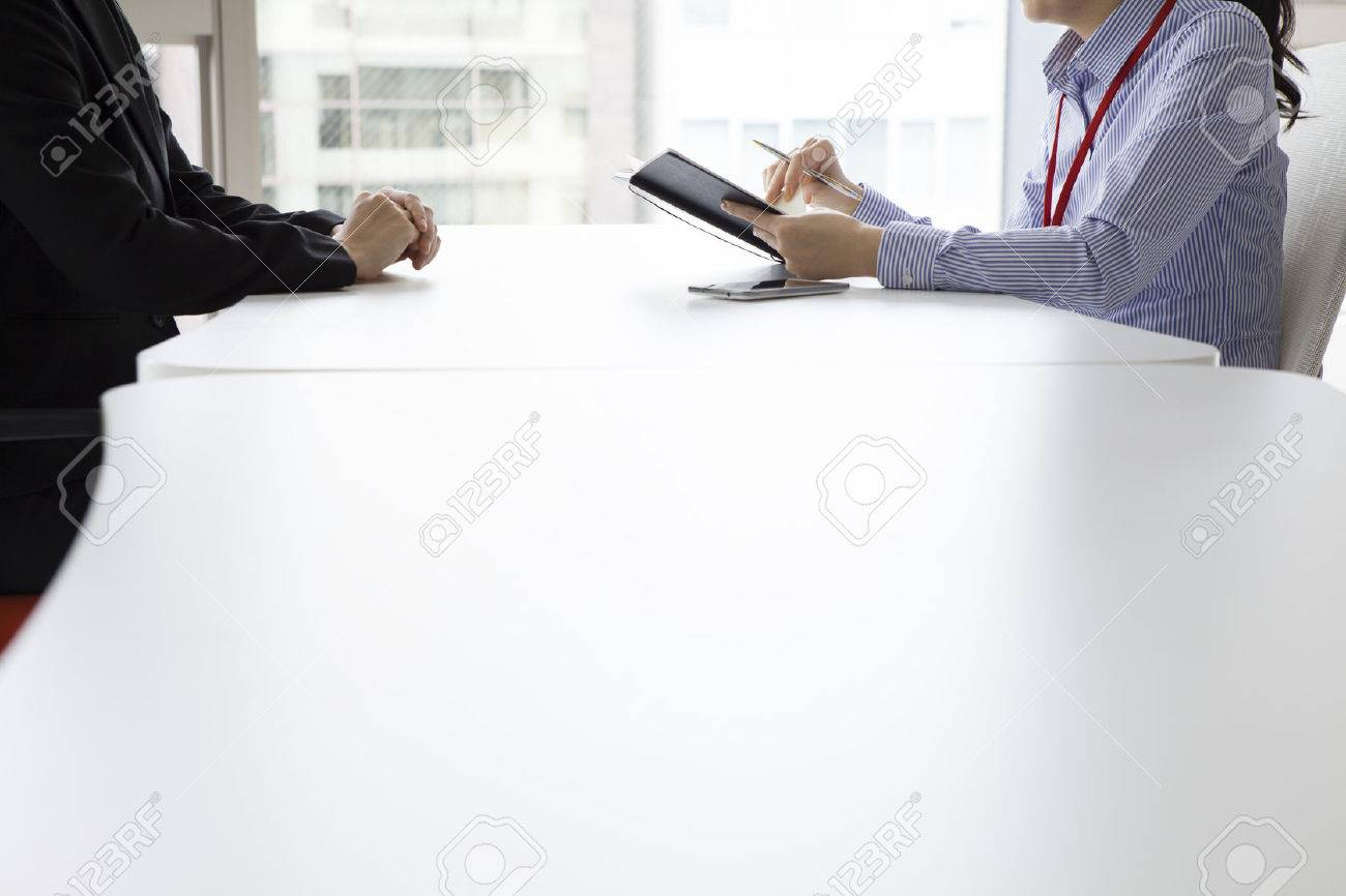 Businesswoman have heard the story of the woman in the office face to face while taking notes - 50252118