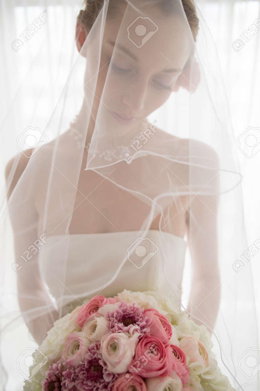 Belle Mariée Avec Un Bouquet Rose Et Blanc
