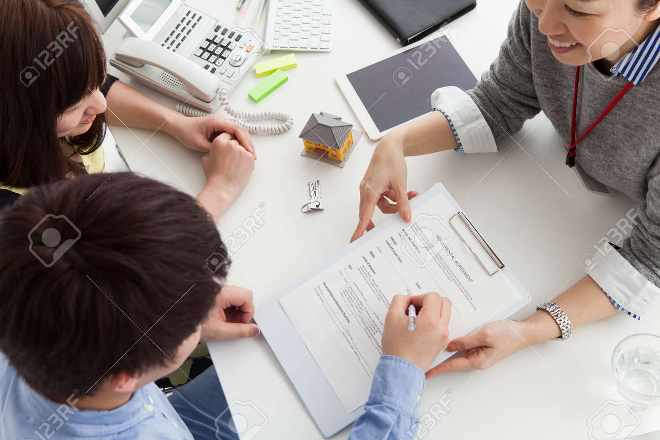 Man to sign a real estate contract - 52807763