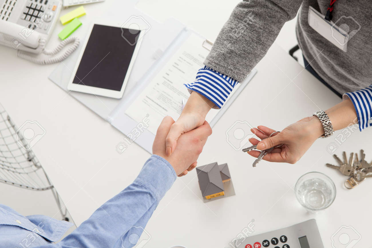 Real estate agent and customer to shake hands Stock Photo - 52060078