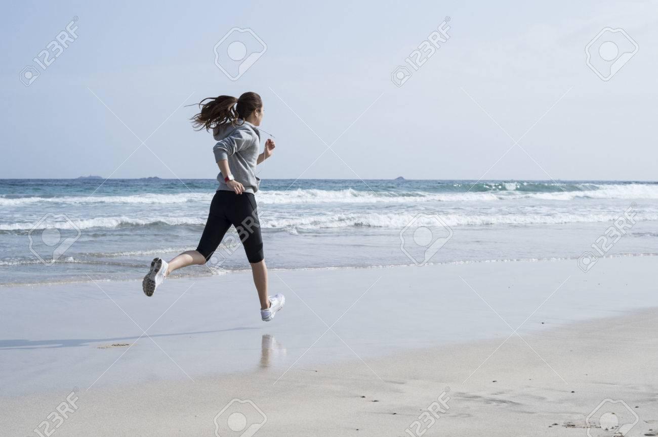 Run the seaside, wearing black leggings women - 56241077