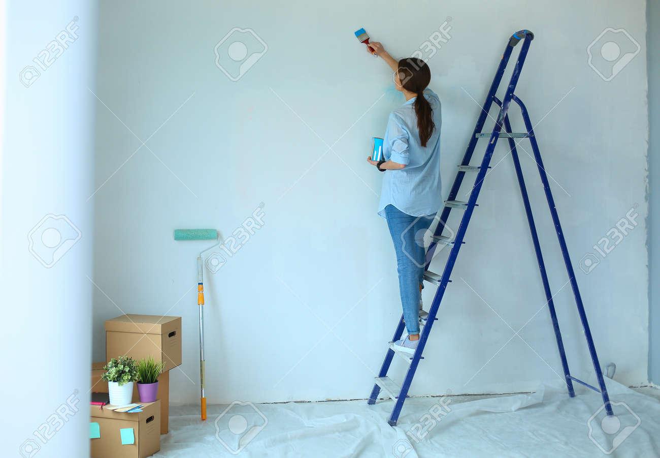 banque dimages portrait de heureux jeune couple souriant peinture mur intrieur maison neuve