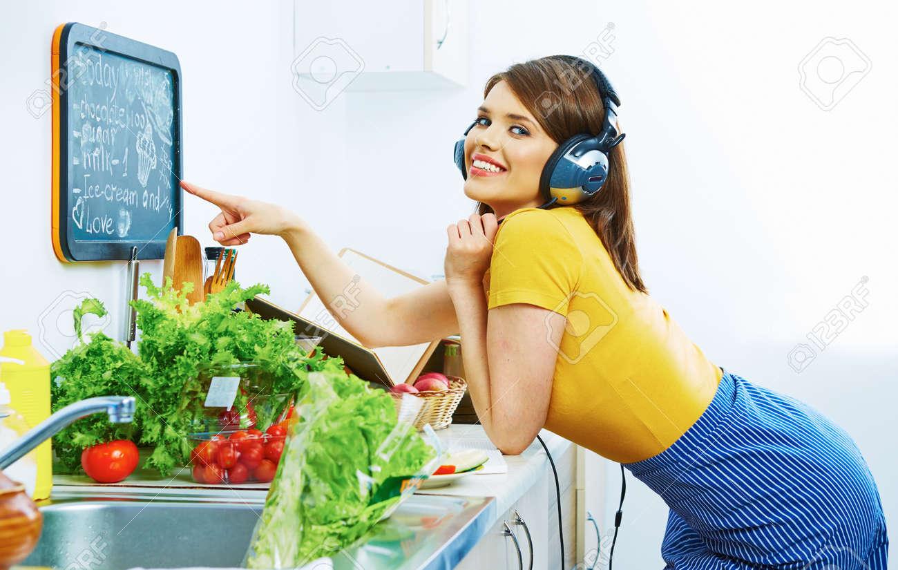 Mujer En La Demostración De La Cocina En El Tablero Del Menú ...