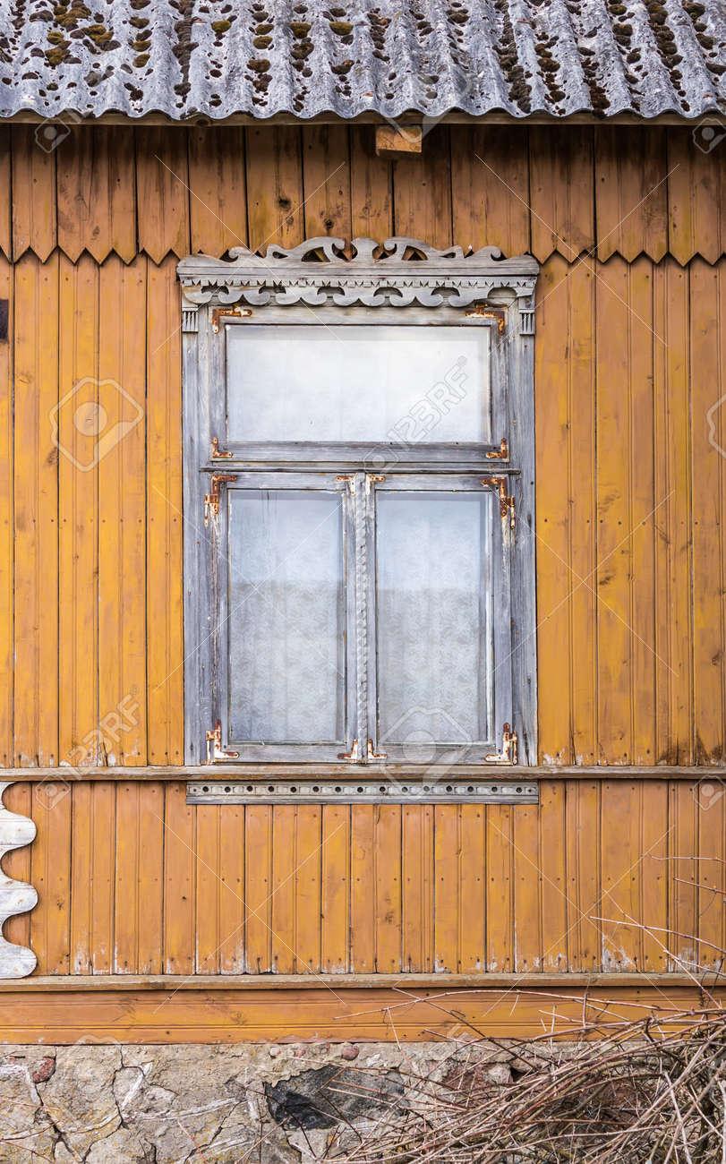 Ein Verlassenes Holzhaus Mit Wänden In Gelb-oranger Farbe Bemalt ...