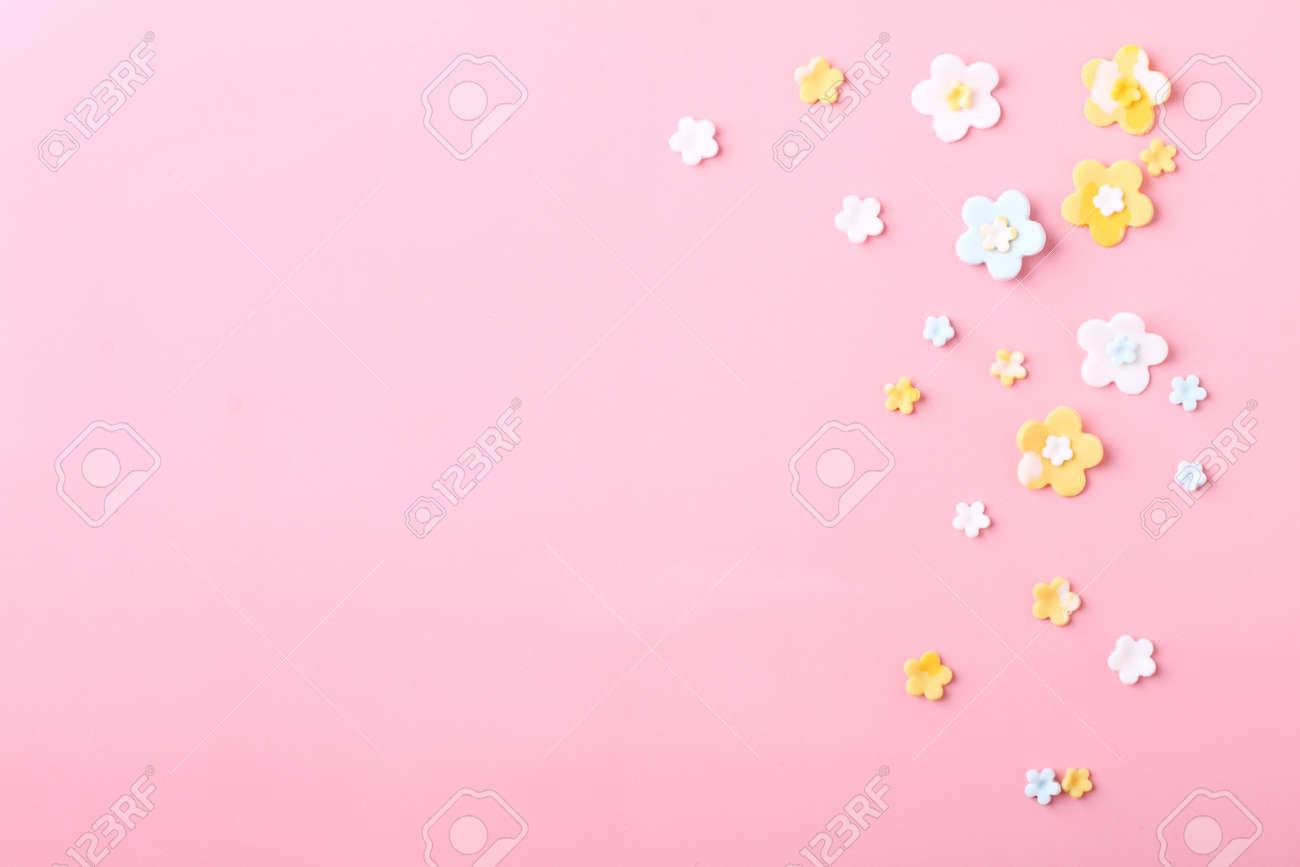 Flores Blancas Y Amarillas Dulces De Azucar Glas Sobre Fondo Rosa
