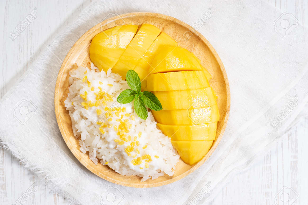 fresh ripe mango and sticky rice with coconut milk, authentic Thai dessert - 122039326