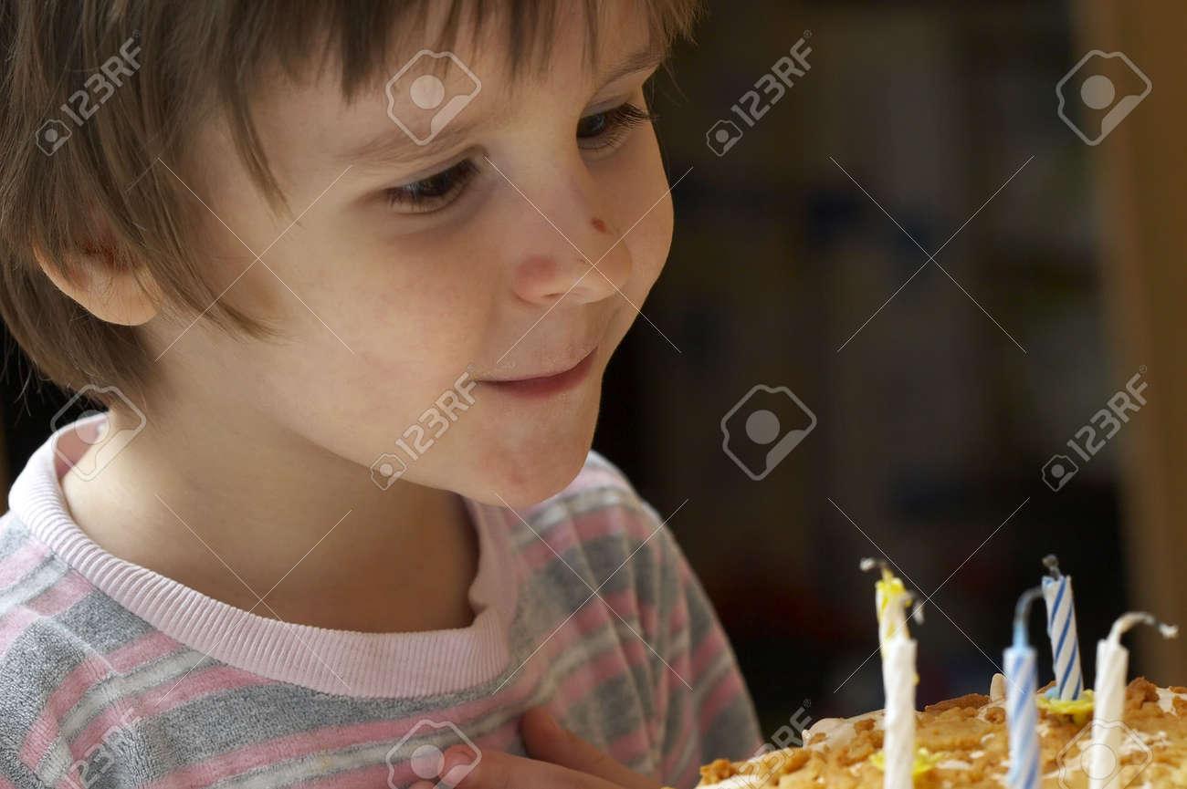 聖名祝日パイと欲望のことを考える上のお祝いろうそくを少年打撃 の ...