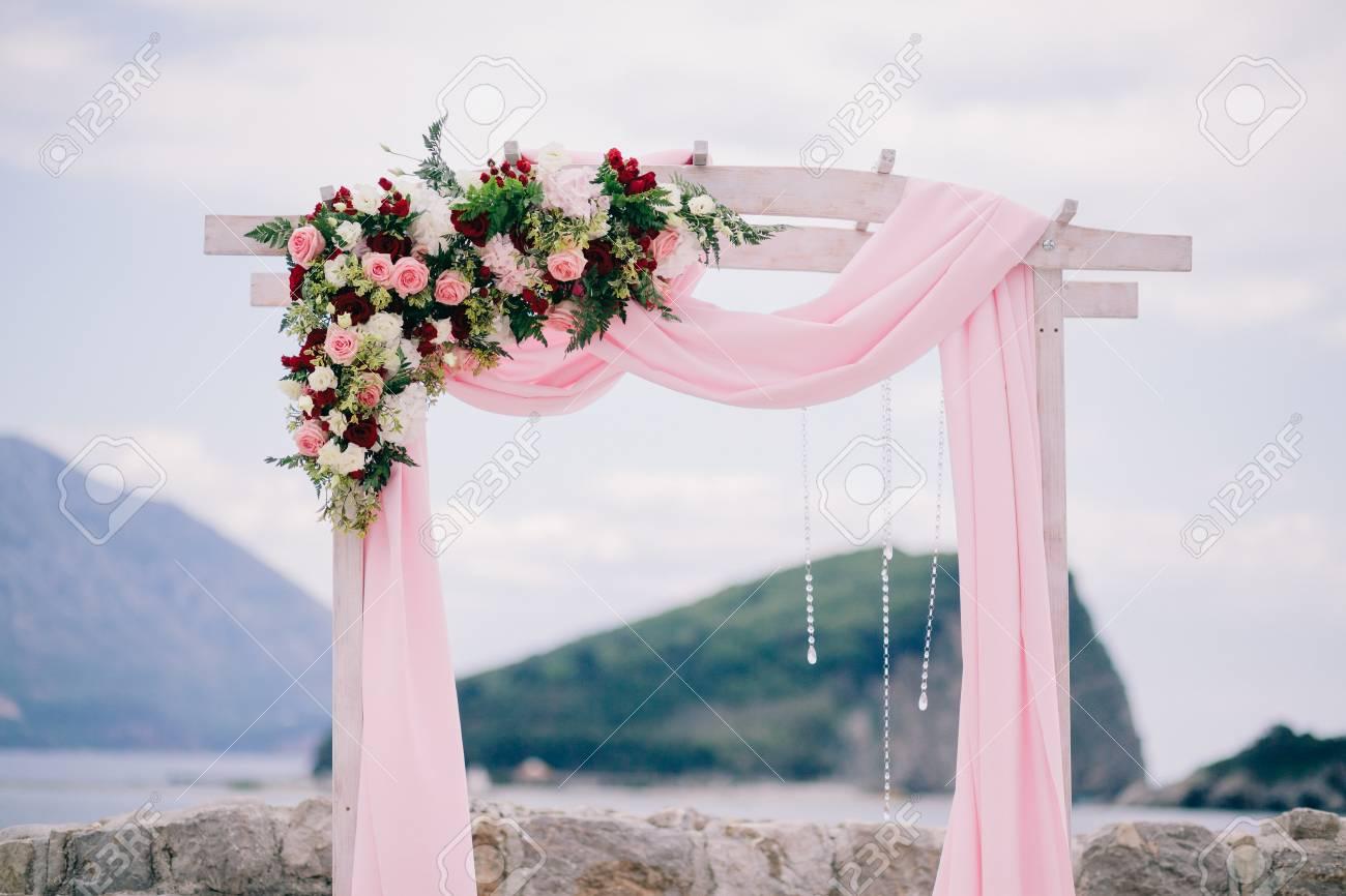 Arche De Mariage à Destination Avec Décoration De Mariage Et Vue Sur