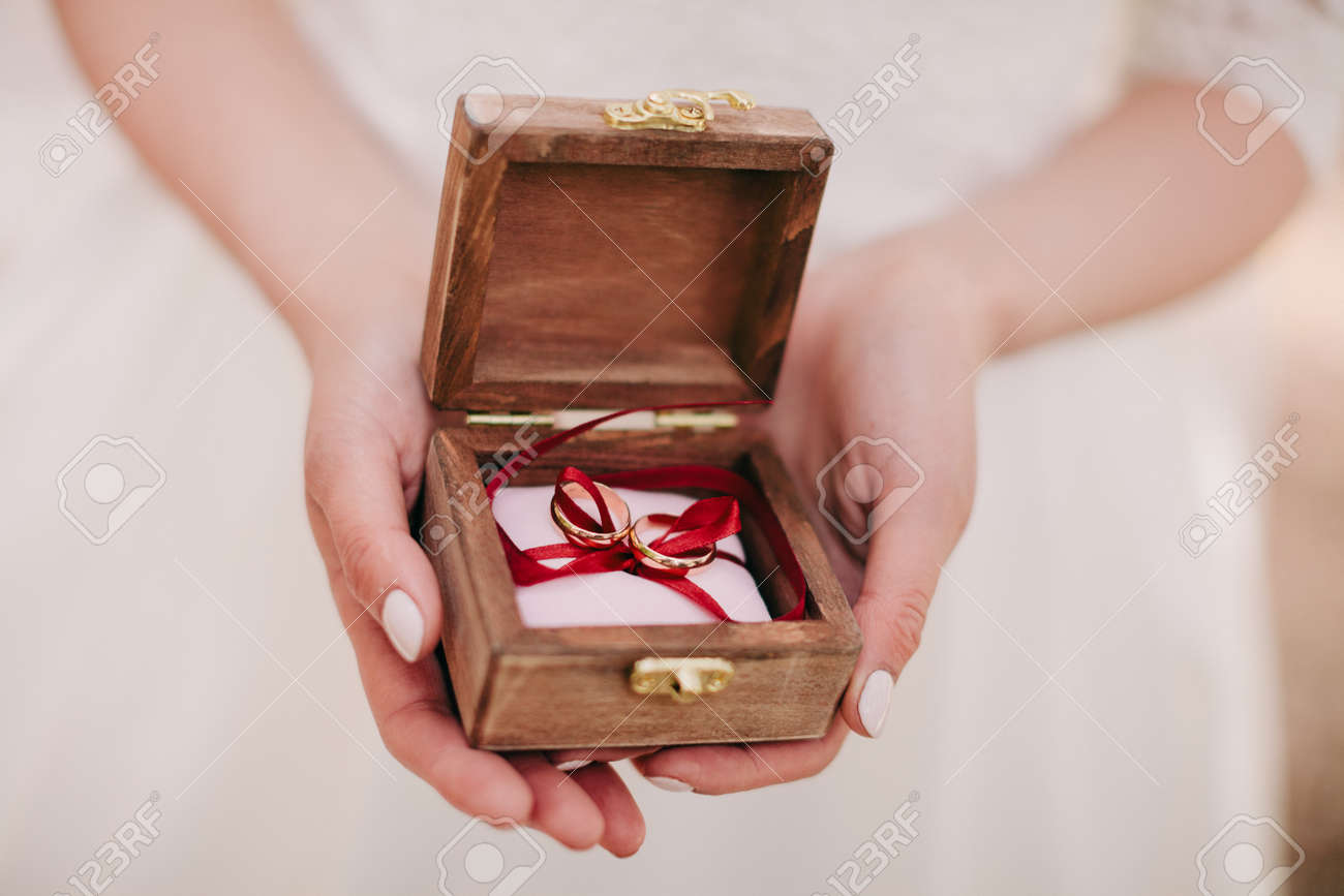 Braut Halt Hochzeit Ringe Hochzeit Ring Box Lizenzfreie Fotos