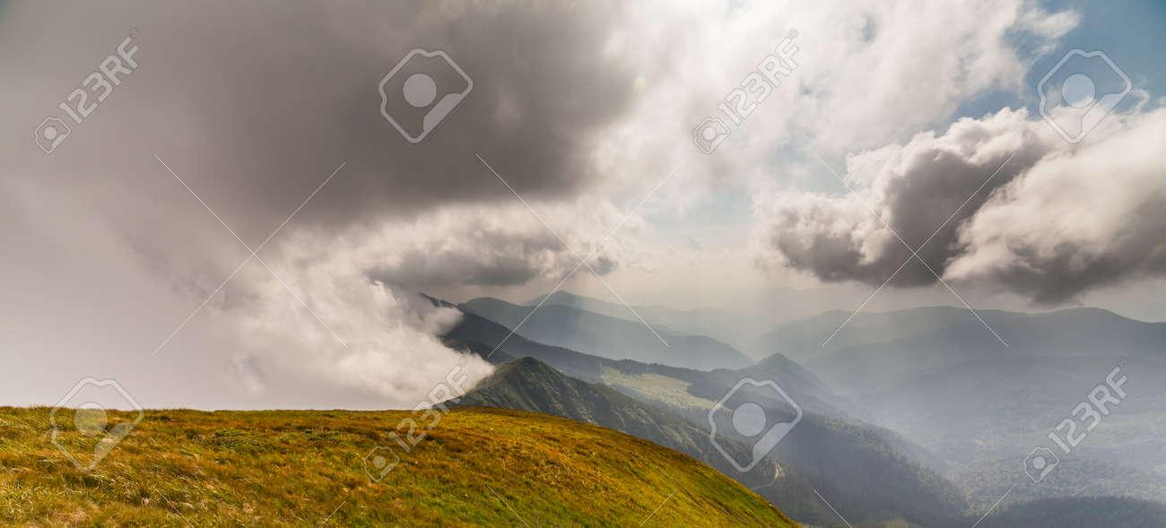 Stormachtig Weer Op Bergen In De Oekraïne Royalty Vrije Foto