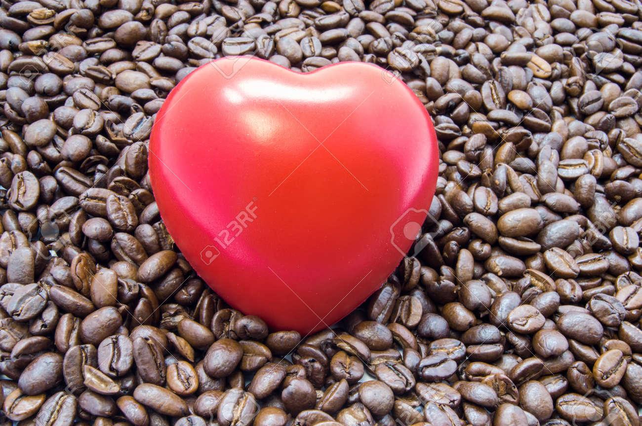 Abbildung Herz Ist Unter Gerösteten Kaffeebohnen. Auswirkungen Von ...