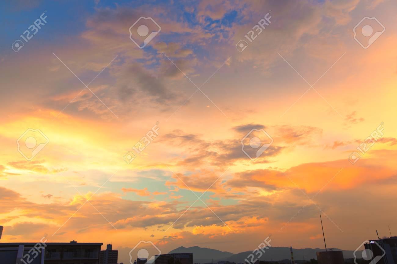 夕方、夕焼けの空のビュー ロイ...