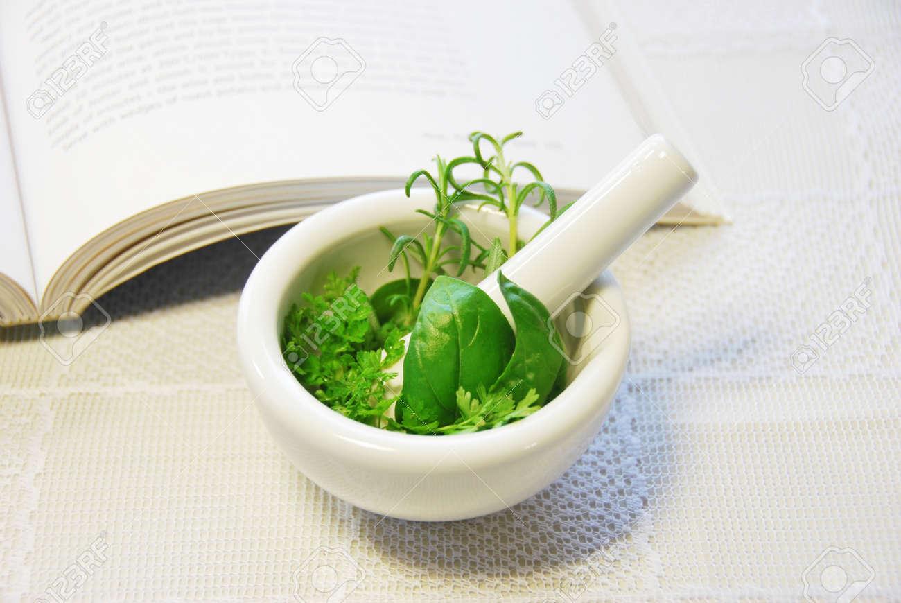 foto de archivo hojas de hierbas en el mortero