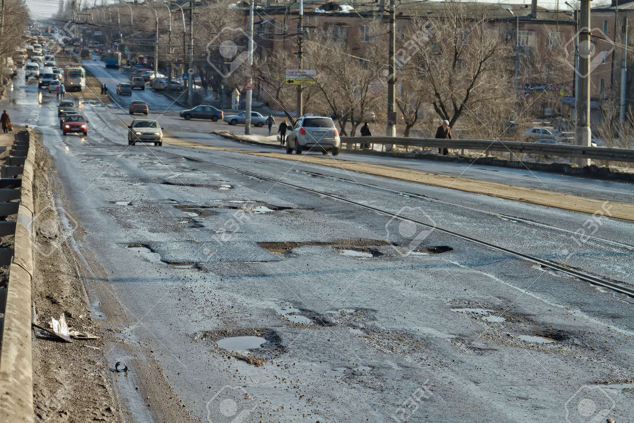 VOLGOGRAD - FEBRUARY 22  Terrible pavement or the lifting bridge  All asphalt in the pits  February 22, 2014 in Volgograd, Russia  Standard-Bild - 26217849