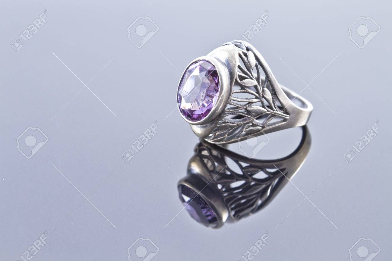 Unusual silver ring with a pattern of alexandrite Standard-Bild - 26398593