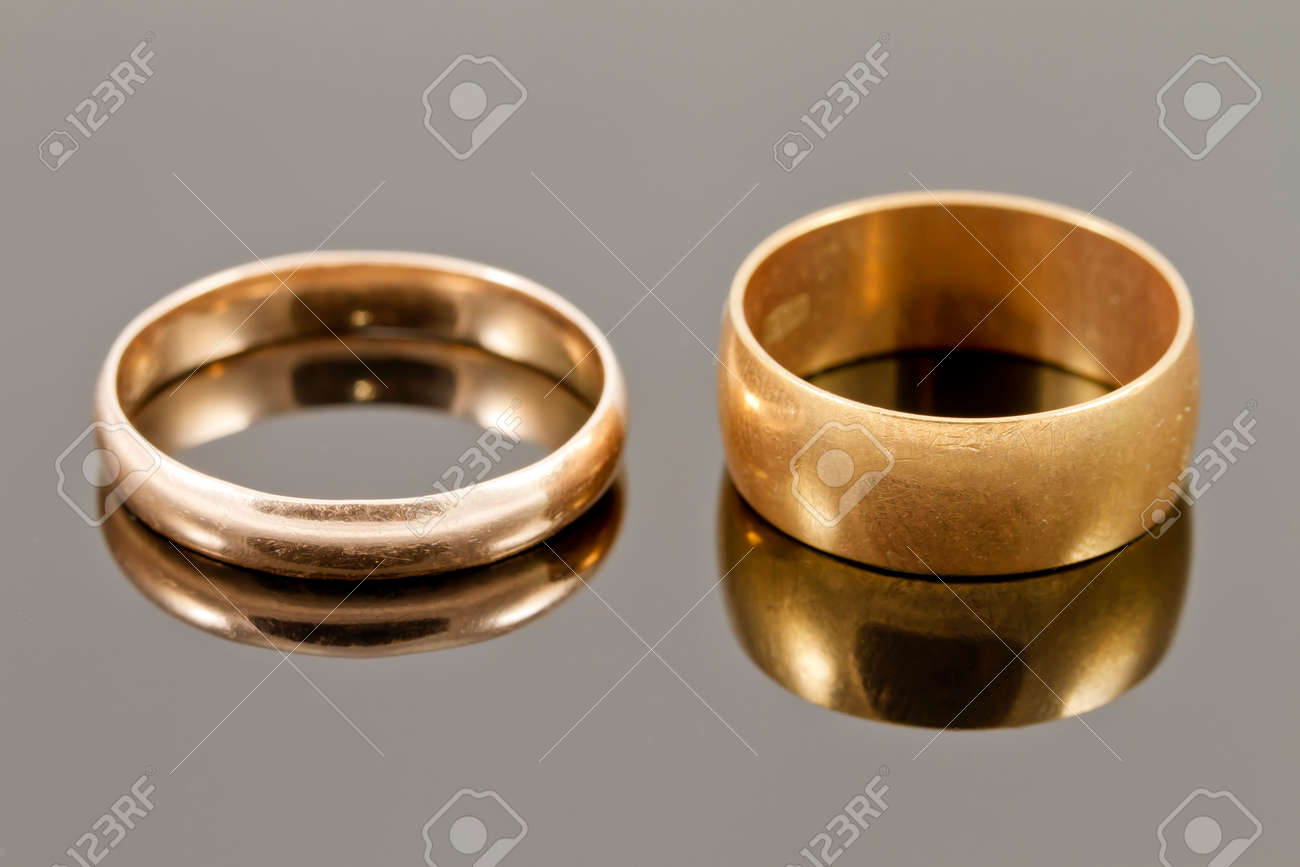 It is just a picture of Gold wedding rings : narrow and wide