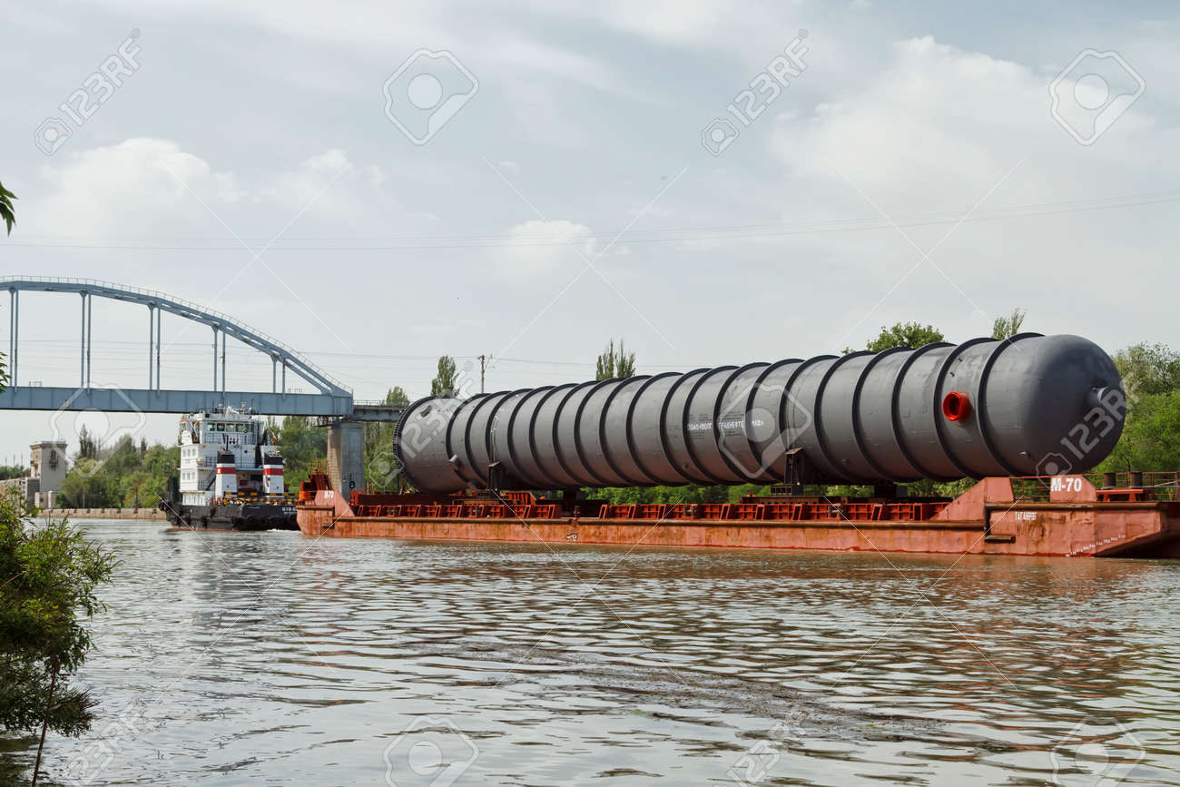 VOLGOGRAD - MAY 27: An oversized part of the column for the petrochemical industry on a barge on the Volga-don shipping canal. May 27, 2015 in Volgograd, Russia. Standard-Bild - 40667329
