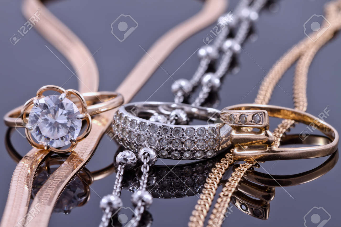 Jewelry sets of gold and silver: chain and ring Standard-Bild - 45646901