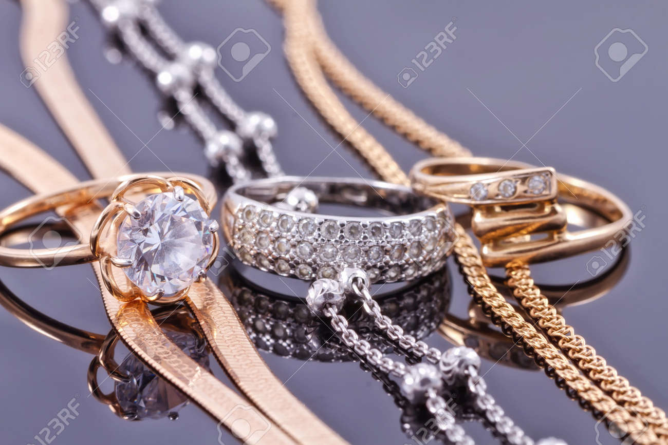 Jewelry sets of gold and silver: chain and ring Standard-Bild - 45646911