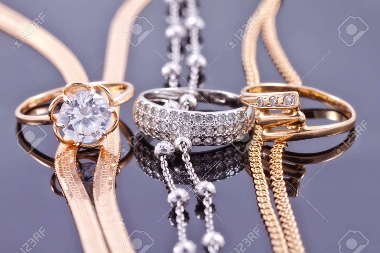 Jewelry sets of gold and silver: chain and ring Standard-Bild - 45646959