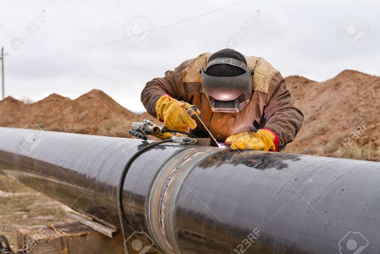 Welder mounts in the trunk pipeline electrochemical protection Standard-Bild - 48961968