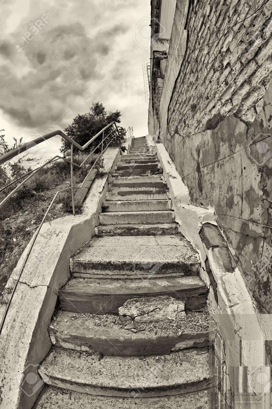 escaleras viejas con agrietadas escaleras de hormign irregulares sube foto de archivo