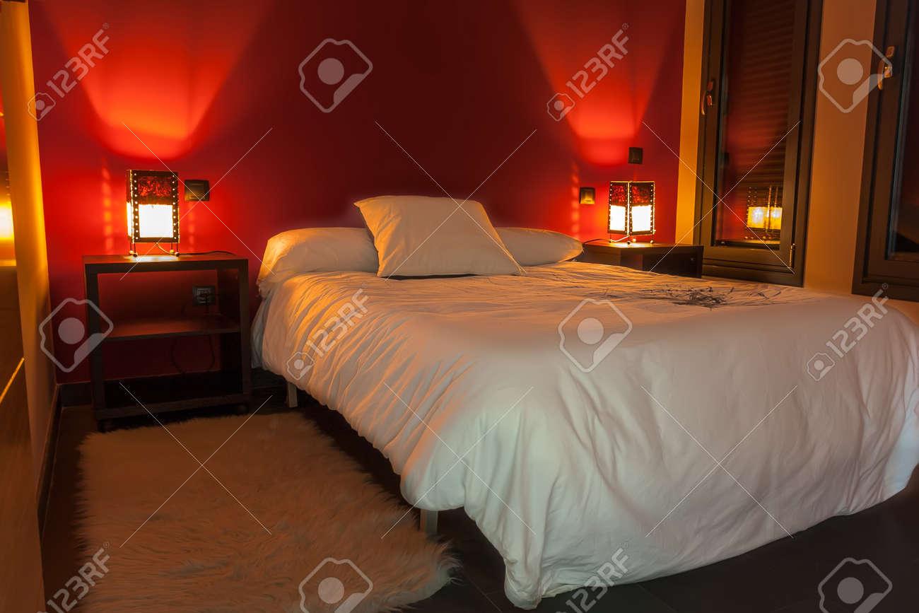 Rouge Dans Une Chambre chambre décorée en blanc et rouge, la lumière de détente