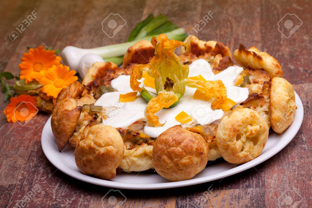 Cocina Internacional Recetas Francesas Gougère Torta Con Verduras Decoradas Con Mozzarella Flor De Calabacín Y Choux Pequeños