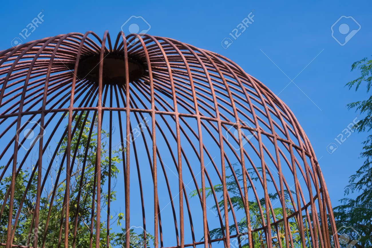 Jaula Abovedada Rústica Que Protege Fuentes Que Cultivan Un Huerto En Un Parque Hermoso Del Jardín En Bangkok Tailandia