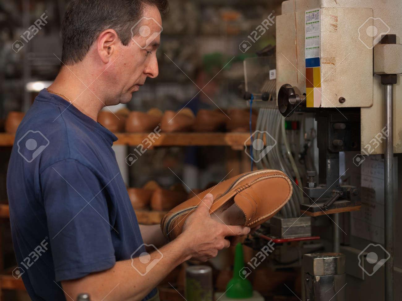on sale f4996 bee93 Operaio adulto in una fabbrica di scarpe, il controllo della qualità dei  prodotti