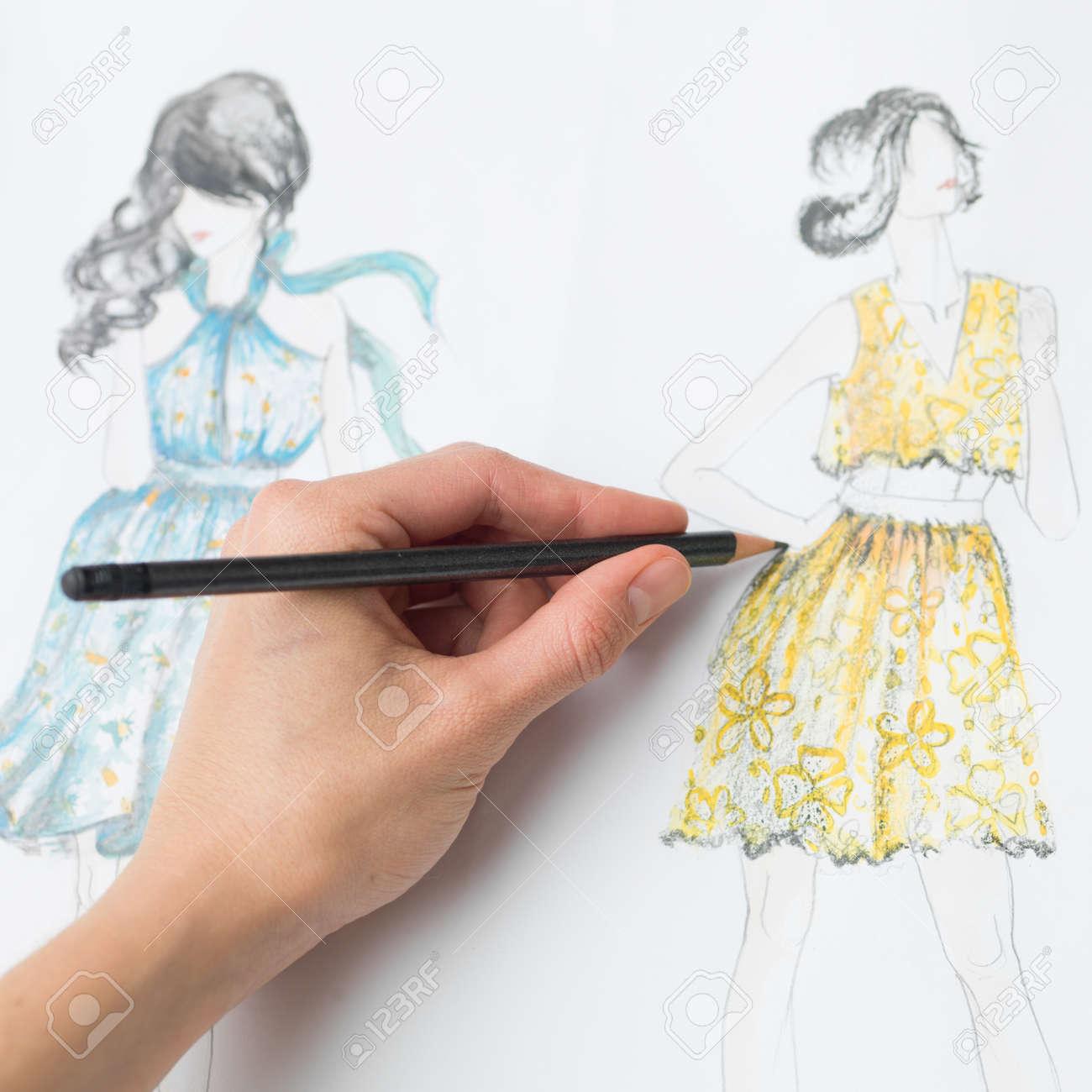 Primer Plano De Diseño De Moda Dibujo De La Mano Humana En El Papel