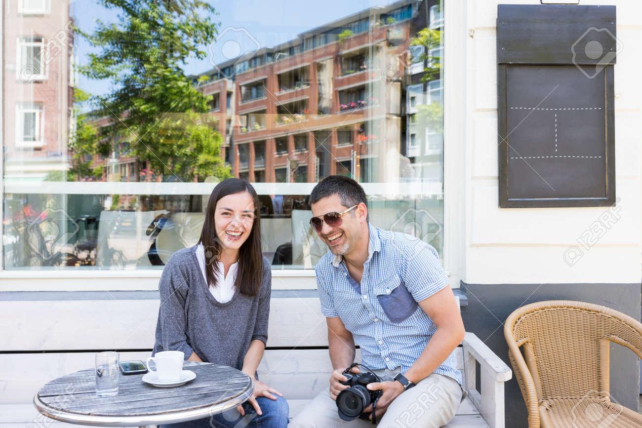 Amici Caffè Del Mattino Su Una Terrazza Nel Centro Di Amsterdam Ridendo Di Cuore