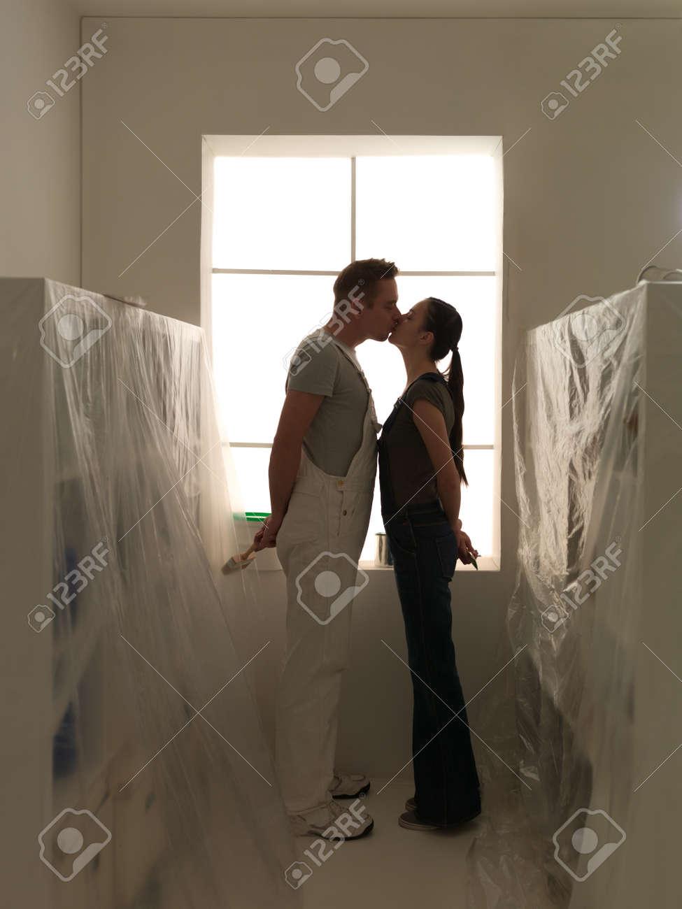 Gluckliches Paar In Ihrem Neuen Haus Kussen Fertig Diy Zu Renovieren