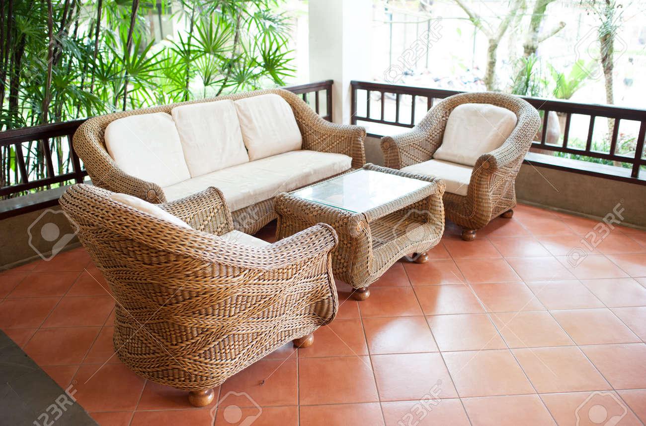 Patio Home Exterior Con Terraza De Madera Y Un Sofá De Ratán