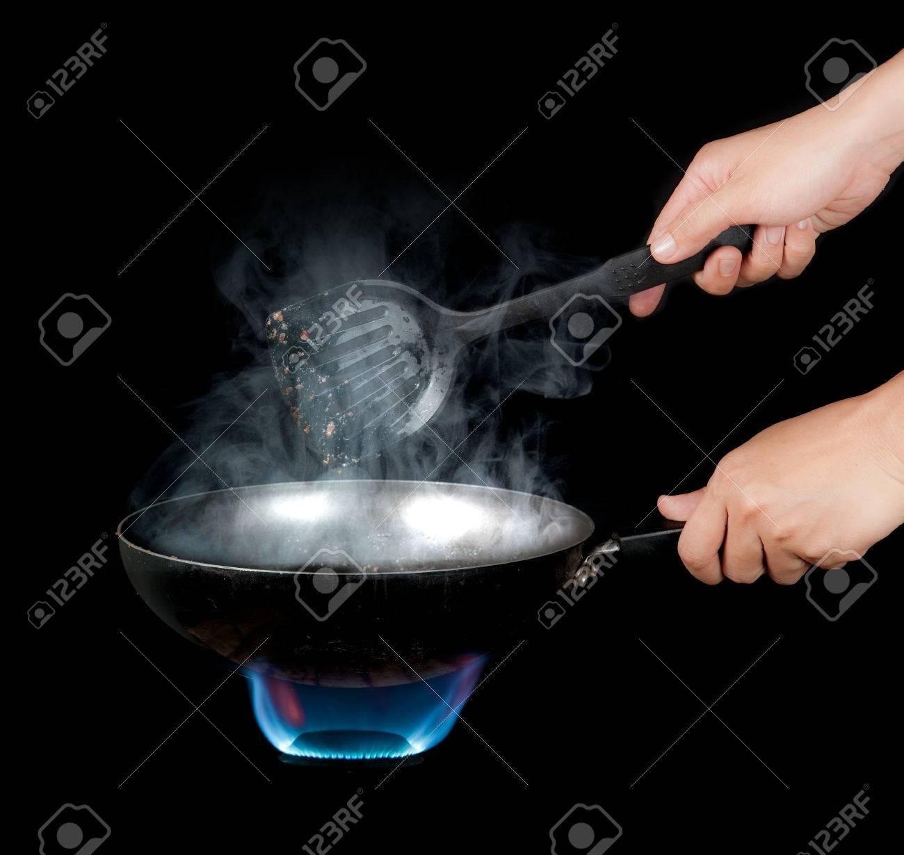 Chef Kochen Mit Flamme In Einer Pfanne Auf Einem Kuchen Lizenzfreie