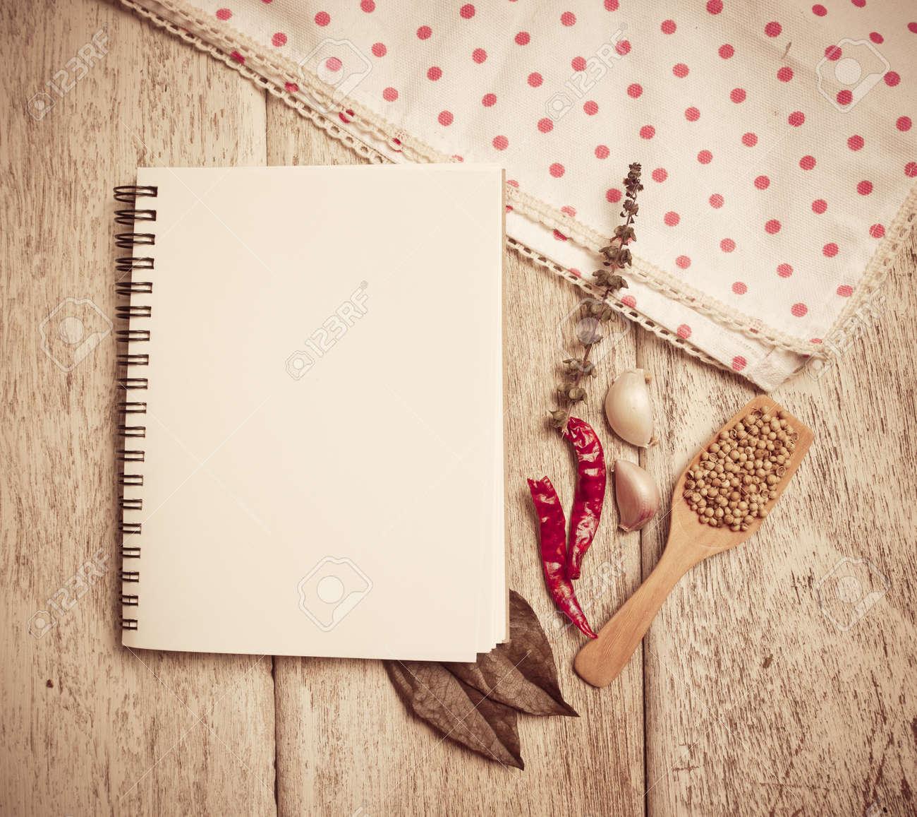 Livre De Recette Vierge Avec Une Cuillere En Bois Et Des Herbes Fraiches Et D Epices Sur Fond En Bois Image Couleur Vintage Aux Tons