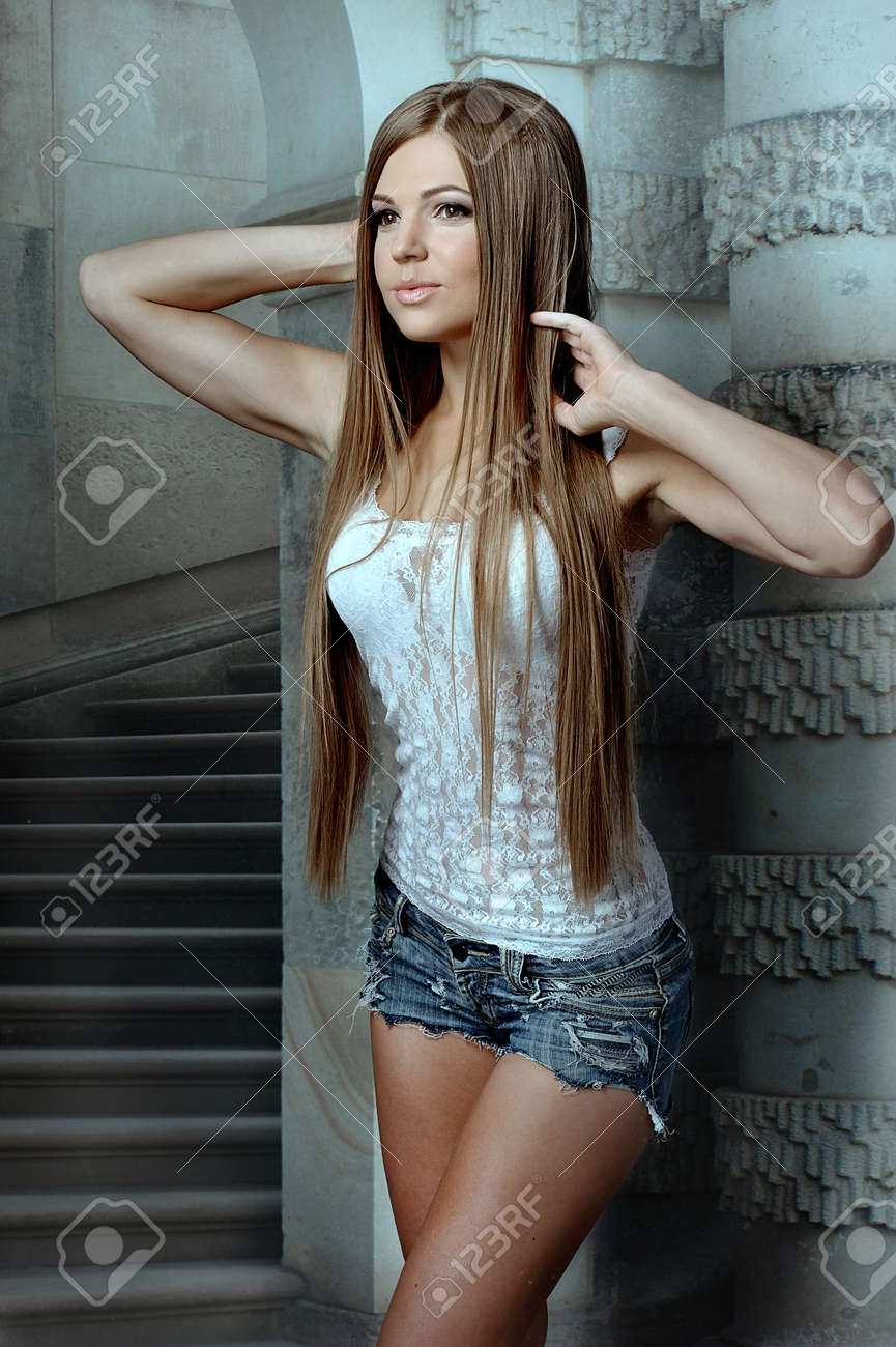 Mujeres Hermosas Jóvenes Posando Con Blanco Camisetas Blancas Listo Para Su Diseño