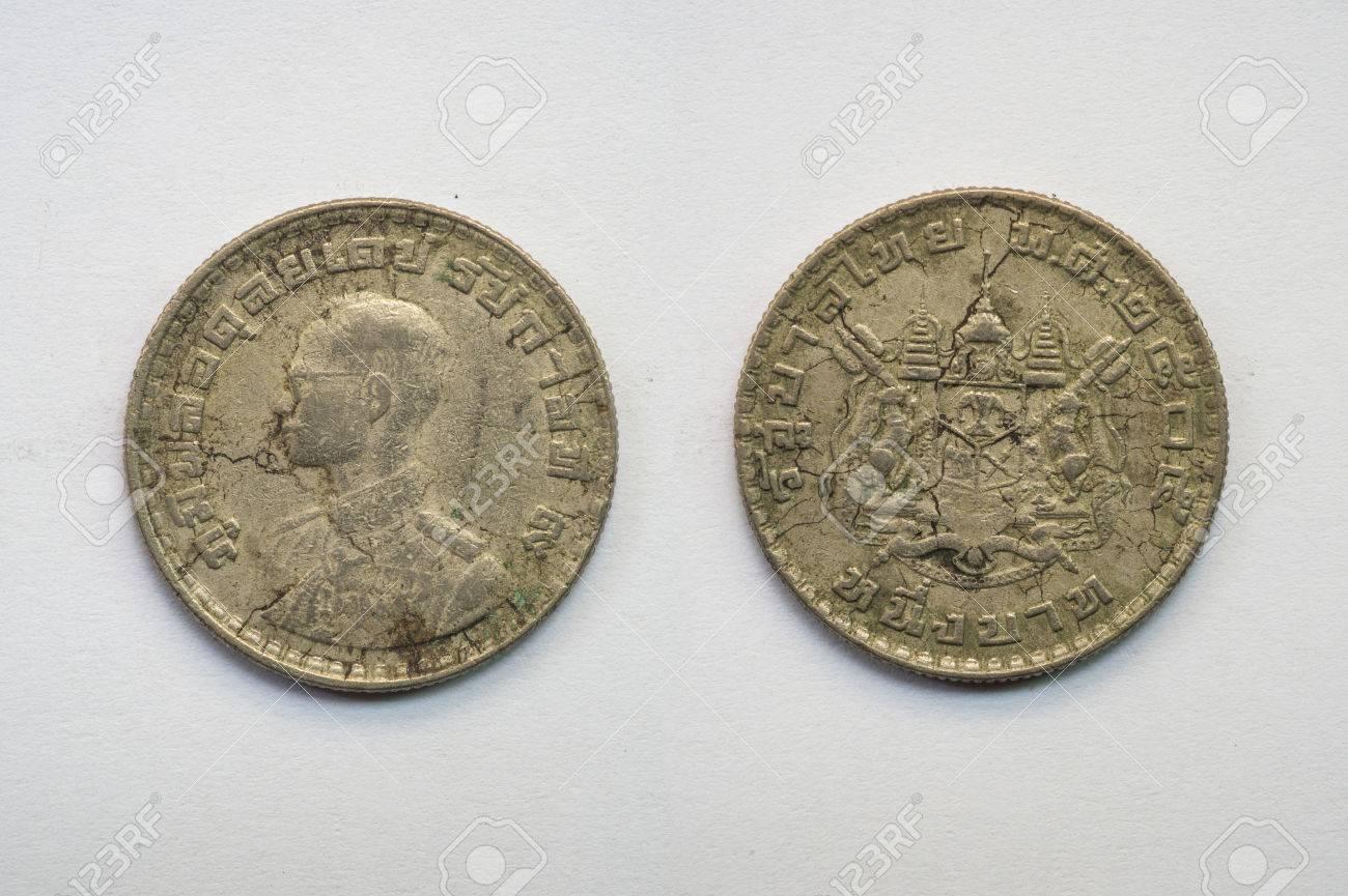Alte Thai Münze Auf Weißem Hintergrund 1 Baht Be 2505 Lizenzfreie